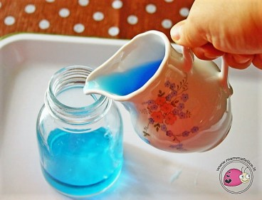 montessori-attivita-vita-pratica-motricita-fine-travasi-di-liquidi-02