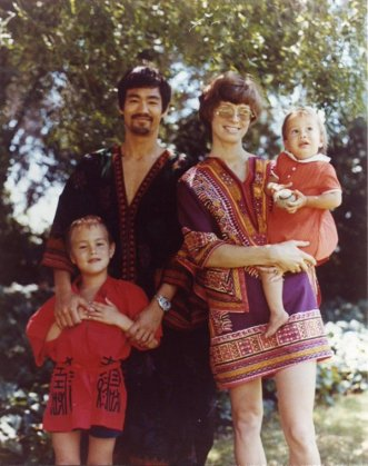 bruce-lee-and-his-family-in-the-late-60s