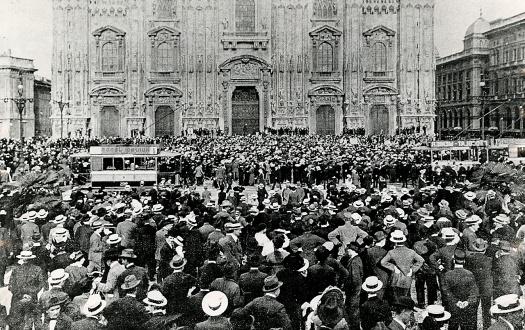 Folla_in_piazza_Duomo_a_Milano